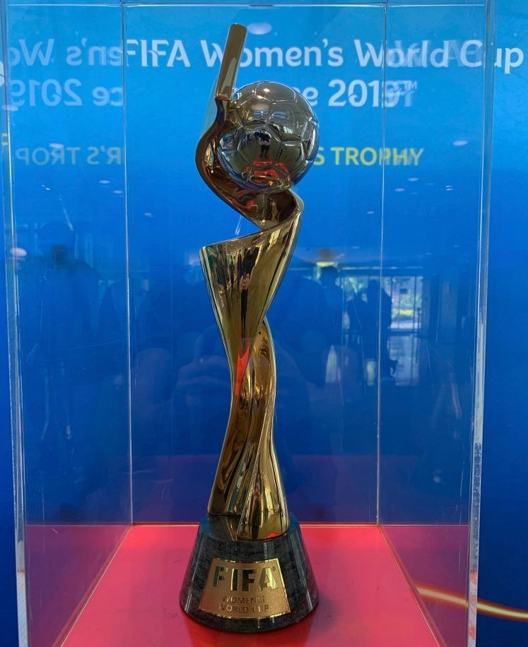 De trofee van het WK Voetbal voor vrouwen (CC BY-SA 4.0 - Chabe01 - wiki)
