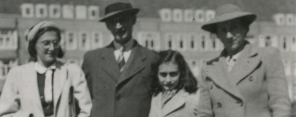 Dit is de enige bekende foto van de familie Frank samen: Margot, Otto, Anne en Edith. Hij is gemaakt in mei 1941, voor hun woning op het Merwedeplein in Amsterdam. (Google)