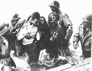 Amerikaanse gewonde tijdens D-day (Bron: Oorlogsbronnen.nl collectie NIOD)