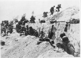 Amerikaanse soldaten tijdens D-day (Bron: Oorlogsbronnen.nl collectie NIOD)