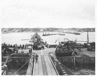 Amerikaanse soldaten op de stranden van Arromunches en Vierville (Frankrijk) in 1944 [Bron: Oorlogsbronnen.nl, collectie NIOD]