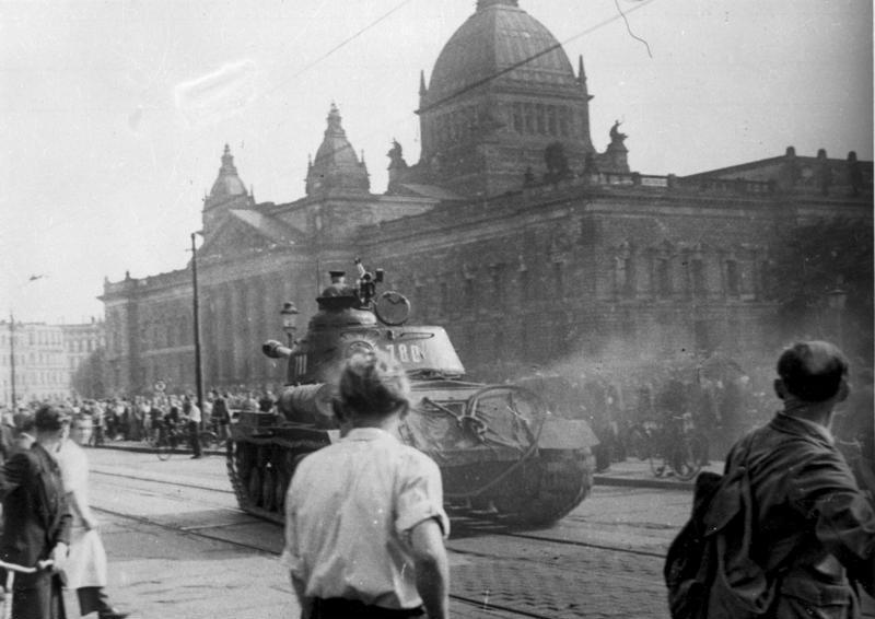 Russische tanks in Leipzig, juni 1953 (Bundesarchiv, B 285 Bild-14676 / Onbekend / CC-BY-SA 3.0)