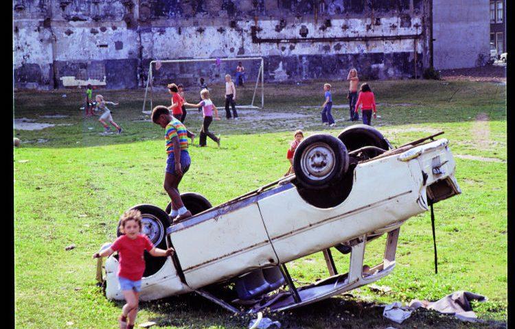 Kinderen op een autowrak in Amsterdam - Louis van Paridon (Beeld: Hollandse helden in de jaren 60 - Hollandse Hoogte)