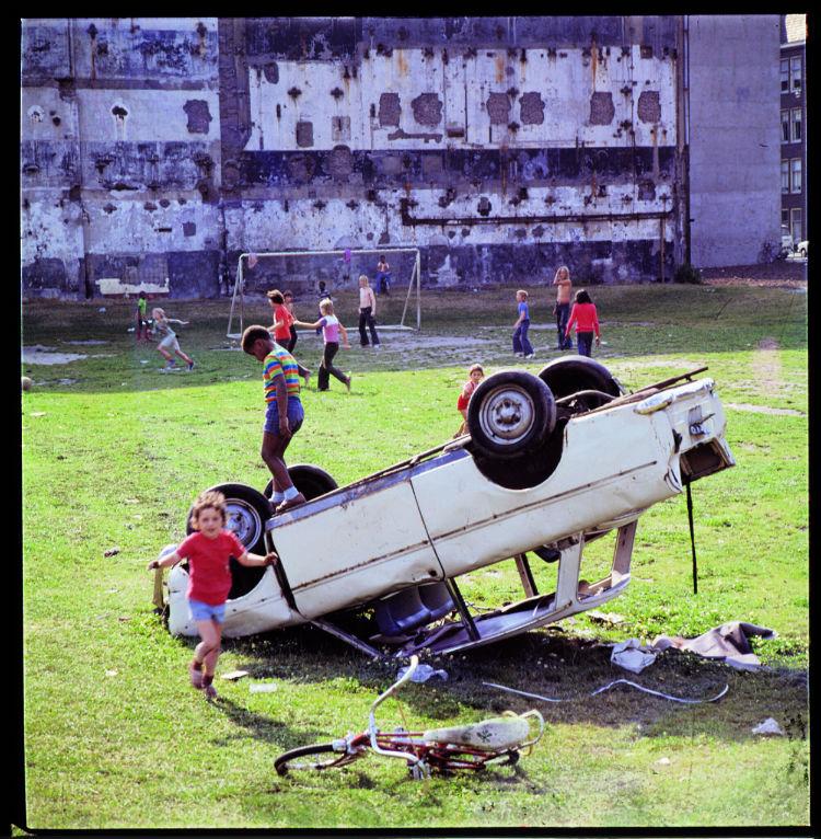 Kinderen op een autowrak in Amsterdam - Louis van Paridon (Beeld: Hollandse helden in de jaren 60)