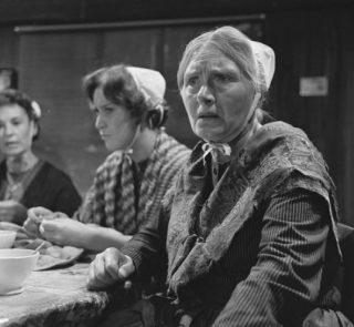 Mimi Boesnach als Kniertje in het televisiespel Op hoop van zegen uit 1965 (CC BY-SA 3.0 - NTS - wiki)