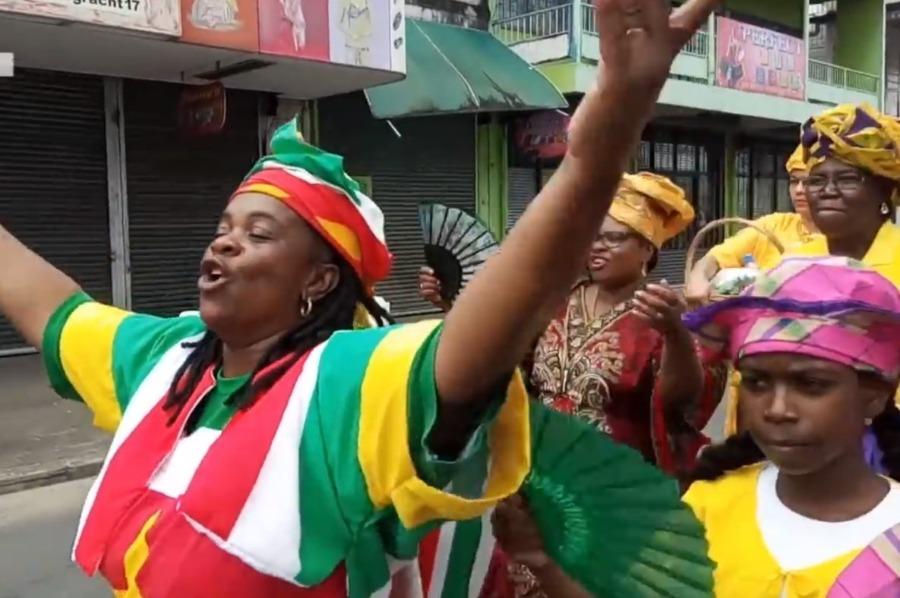 Optocht tijdens Ketikoti in Suriname, 2018 (CC BY 3.0 - starnieuws - wiki)