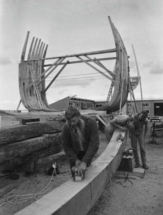 Scheepsbouwer Willem Vos tijdens de bouw van de Batavia, augustus 1986 (CC0 - Roland Gerrits / Anefo - wiki)