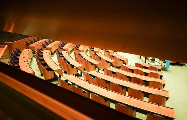 Doorkijk naar de plenaire zaal van de Tweede Kamer (CC BY-SA 2.0 - risastla - wiki)