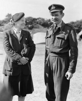 Kees van Eendenburg en prinses Juliana, 1944 (CC0 - Anefo - wiki)
