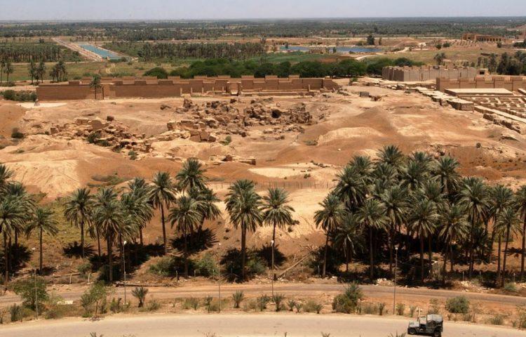 Ruïnes van Babylon, gezien vanaf het zomerpaleis dat Saddam Hoessein bij de stad liet bouwen (Publiek Domein - US Navy)