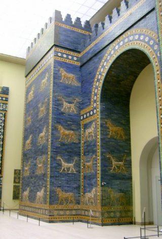 Het voorste deel van de Isjtarpoort in het Pergamonmuseum in Berlijn. (Publiek Domein - wiki)