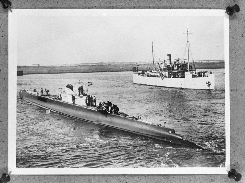 Onderzeeboot KXVII, op de voorgrond. Op de achtergrond is mijnenlegger Hr. Ms. Medusa te zien. (CC0 - Anefo - wiki)