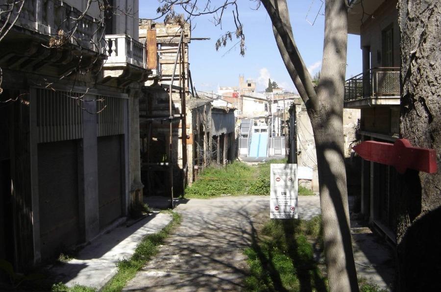 Scheidingslijn door de Cypriotische stad Nicosia. Op de achtergrond het Turkse deel van de stad. (CC BY-SA 3.0 - wiki)