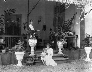 Gezin in voormalig Nederlands-Indië - Tjimahi, West-Java, 1902 (CC BY-SA 3.0 - Tropenmuseum - wiki)