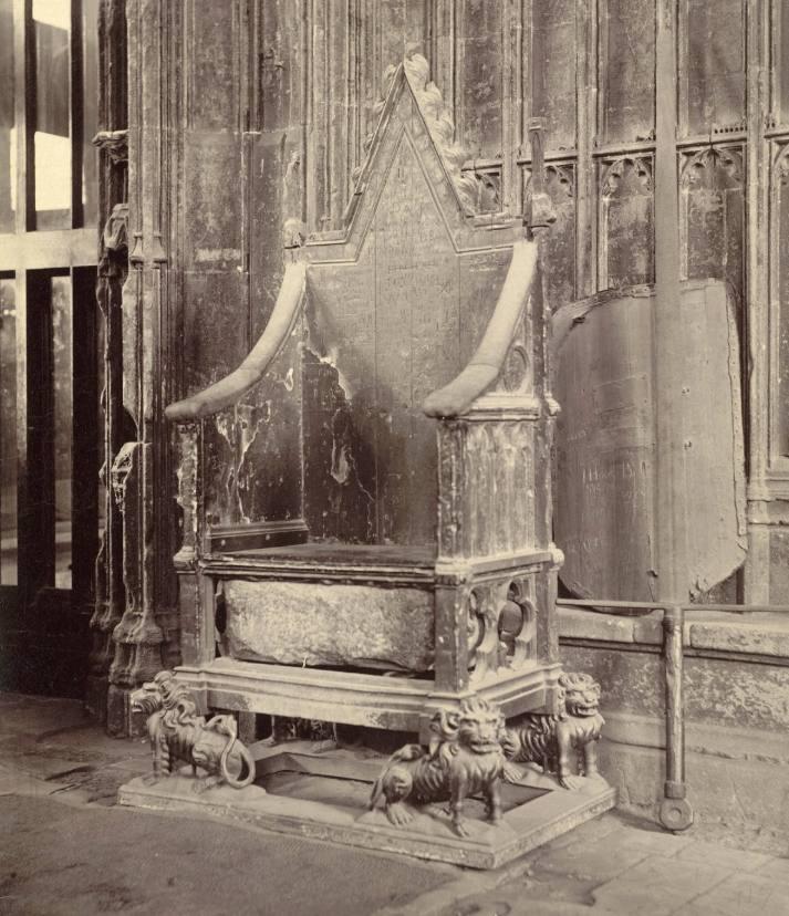 Kroningsstoel met daarin de Stone of Scone - Foto gemaakt rond 1875 (Publiek Domein - Cornell University Library - wiki)