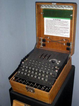 Enigma-codeermachine in het Imperial War Museum in Londen (Publiek Domein - wiki)