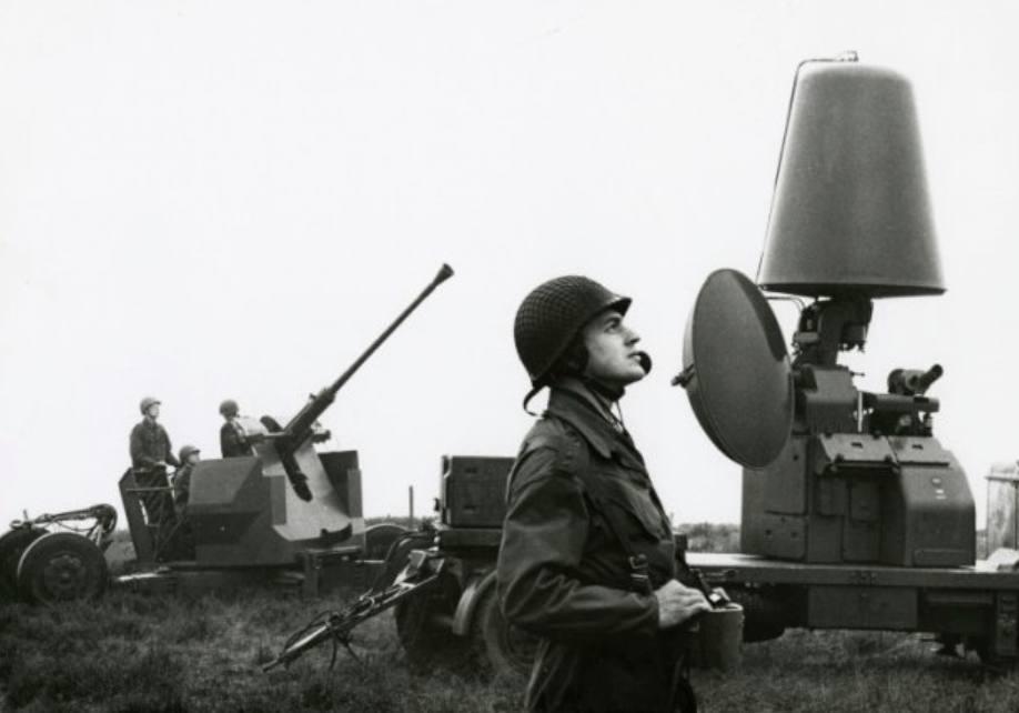 Luchtdoelartilleristen oefenen met het 40 lang 70 luchtdoelgeschut en het bijbehorende radar, ca. 1967 (CC0 - Defensie - wiki)