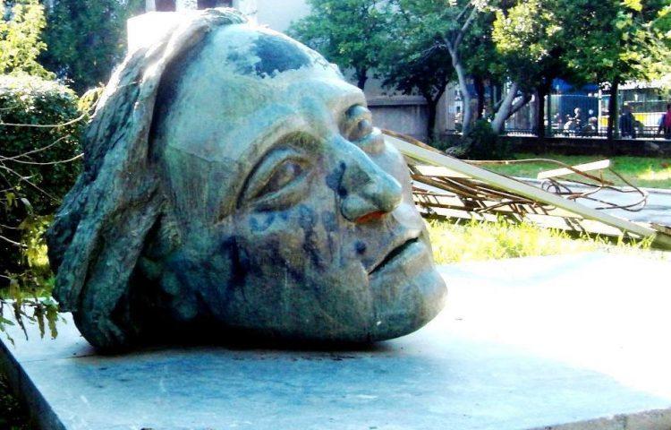 Monument ter herinnering aan de opstand aan de Polytechnische Universiteit in Athene van 1973 (CC BY 3.0 - Zimina - wiki)