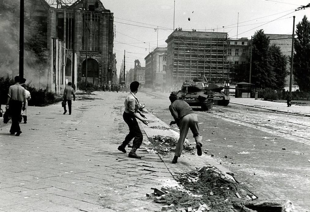 Arbeidersopstand in Oost-Berlijn, juni 1953 (Publiek Domein - wiki - CIA)