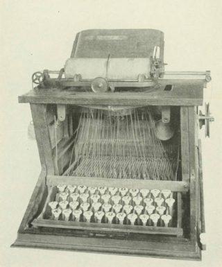 Typemachine van Christopher Sholes mét QWERTY-toetsenbord, 1873 (Publiek Domein - wiki)