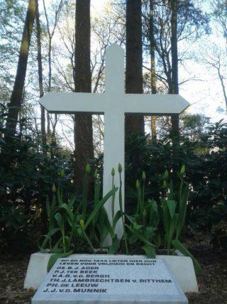 Het kruis op de berg (CC BY-SA 4.0 - C.D. van den Heuvel - wiki)