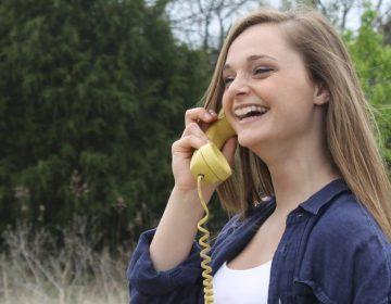 Een bellende vrouw, mogelijk een kletsmajoor (CC0 - Pixabay - MelanieSchwolert)