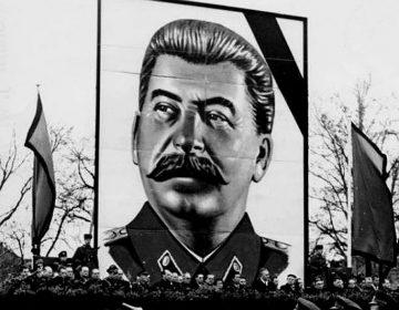 Parade van de Volkspolizei in Dresden (DDR) bij de dood van Stalin. Bron: Bundesarchiv, Bild 183-18684-0002 / Höhne, Erich; Pohl, Erich / CC-BY-SA 3.0
