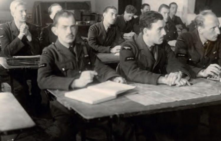 Nederlandse leerling-vliegers krijgen medio 1941 theorieles op een vliegschool. Op de voorste rij v.l.n.r. Kees van Eendenburg, Jan Flinterman en Eugène van der Togt. (NIMH)