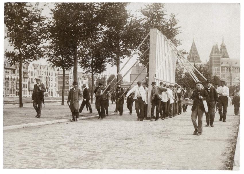 Anoniem, Transport van de Nachtwacht over het Museumplein, daglichtcollodiumzilverdruk, 1898, archief Hofstede de Groot. Bron: RKD - Nederlands Instituut voor Kunstgeschiedenis.