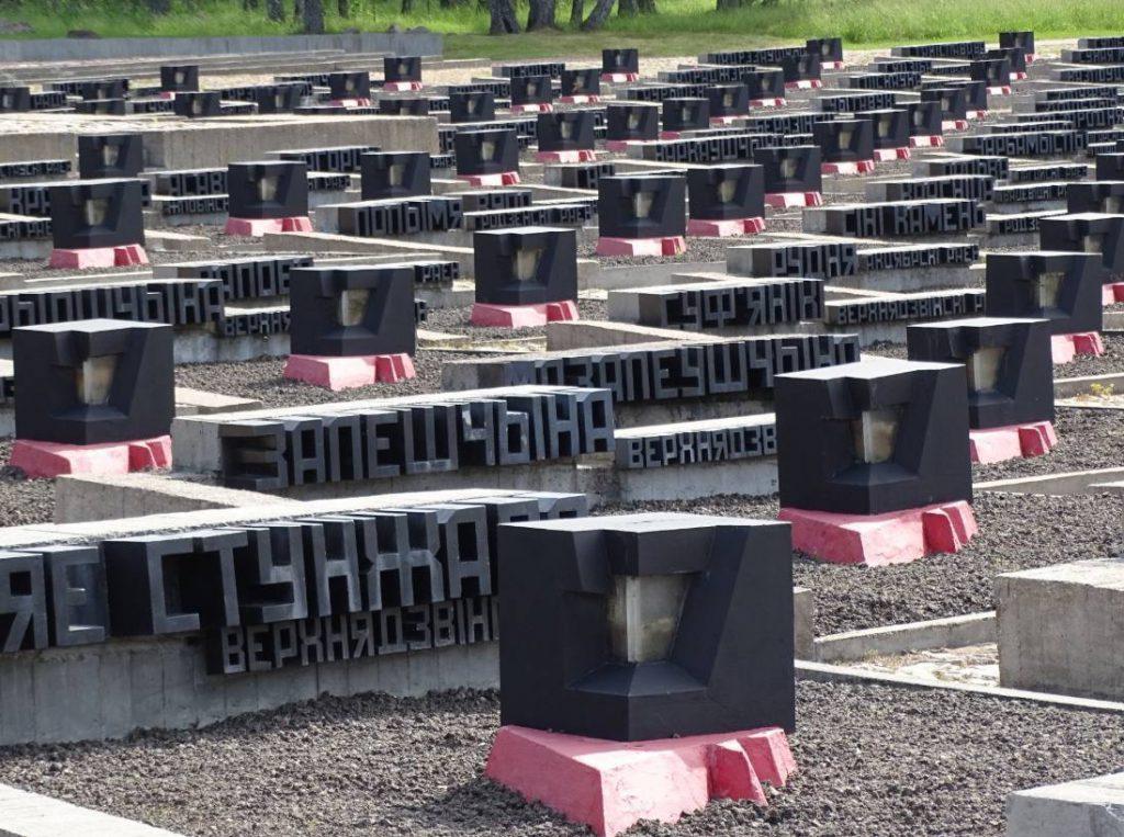 Urnen met aarde uit verschillende platgebrande dorpen in Wit-Rusland (CC BY-SA 2.0 - Adam Jones - wiki)