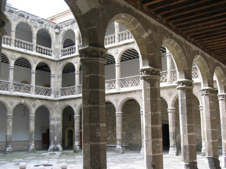Palacio de Santa Cruz, patio (CC BY 2.5 - Miguel Angel Guadilla - wiki)