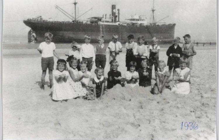 Schoolkinderen poseren voor de Sirenes (Historische Vereniging Callantsoog)