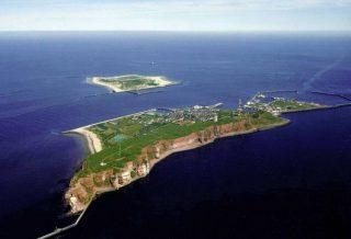 Helgoland met erachter Düne (CC BY-SA 3.0 - Pegasus2 - wiki)