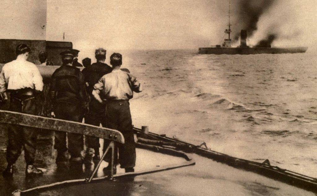 Slag bij Helgoland (1914) - Het brandend wrak van de SMS Mainz zinkt (Publiek Domein - wiki)