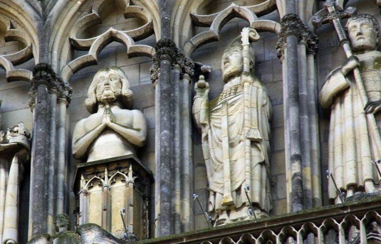 De hele santenkraam - Beelden van verschillende heiligen op de Notre Dame in Parijs (CC0 - Pixabay - DEZALB)
