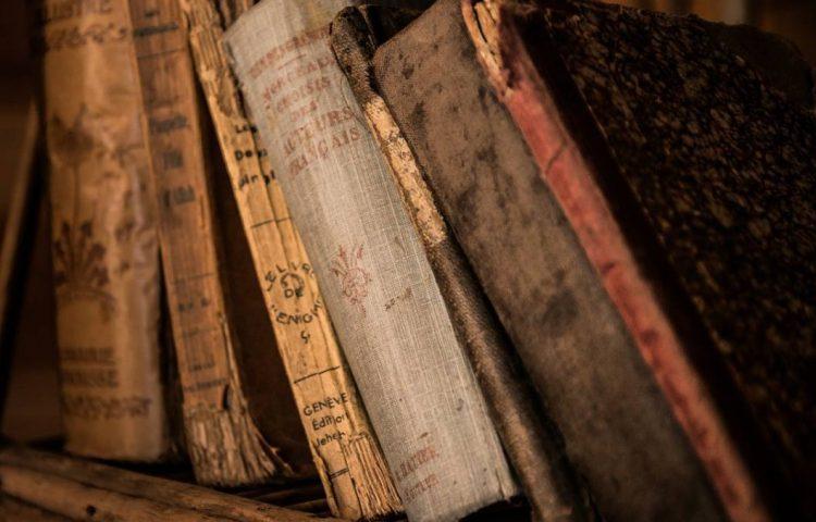 Apocrief - Oude boeken (CC0 - Pixabay - jarmoluk)