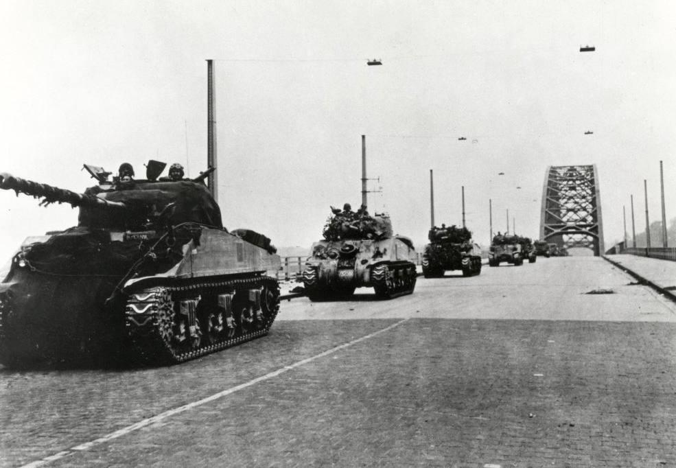 Britse tanks trekken over de Waalbrug (CC BY-SA 2.0 - Spaarnestad - wiki)