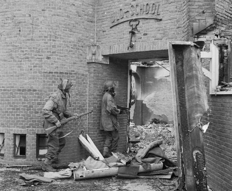 Twee sergeanten kammen een beschadigde school te Oosterbeek uit op zoek naar Duitse scherpschutters (Publiek Domein - wiki)