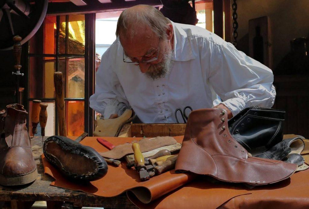 Schoenmaker, hou je bij je leest! - Schoenmaker in actie (CC0 - Pixabay - Gellinger)