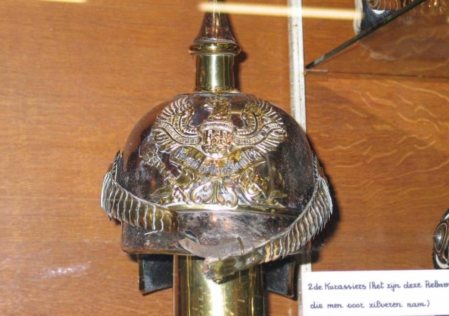 Een van de zilveren helmen (CC BY-SA 3.0 – Paul Hermans – wiki)