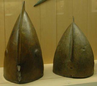 Gallische helmen, iets ouder dan de tijd van Pytheas (Musée d'archéologie nationale, Saint-Germain-en-Laye)