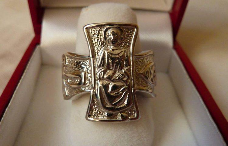 Ring geïnspireerd op de vissersring van paus Johannes Paulus II (CC0 - Paulparis2010 - wiki)
