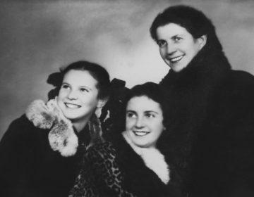 Nelly met haar zus en moeder. Uit: In het volle licht