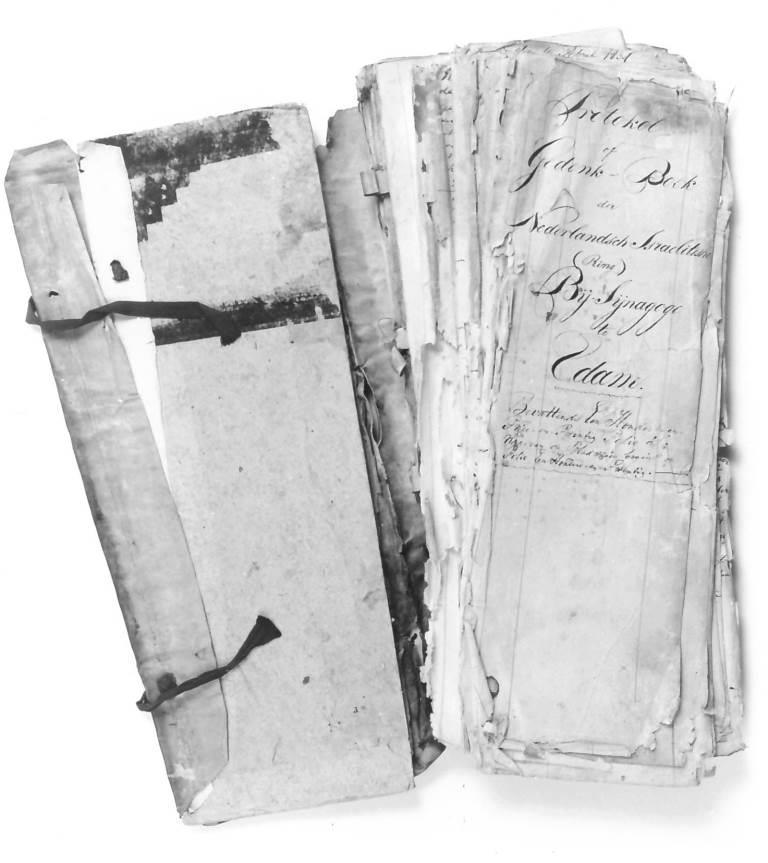 Protocolboek vóór en na de restauratie. Foto: Waterlands Archief