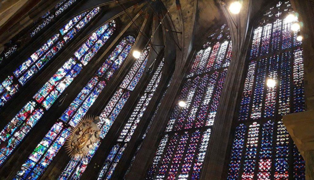 Koor met glas-in-lood (Foto: Historiek)