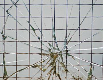 Dat staat buiten kijf - Bij echte ruzie sneuvelt er nog wel eens een raam... (CC0 - Pixabay - PublicDomainPictures)