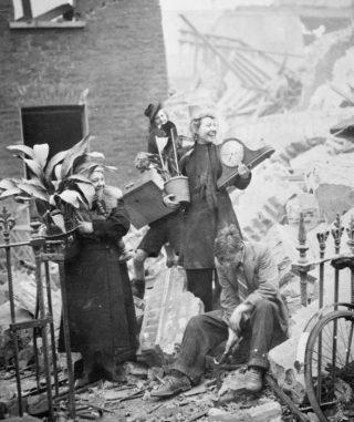 Vrouwen halen bezittingen uit hun door een bombardement verwoeste woning, 1940 (Publiek Domein - wiki)
