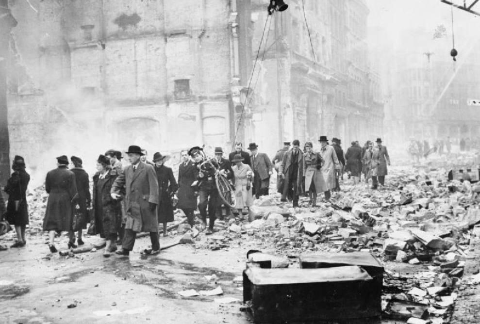 Inwoners van Londen, 'gewoon' op weg naar hun werk na een verwoestend bombardement. (Publiek Domein - wiki)