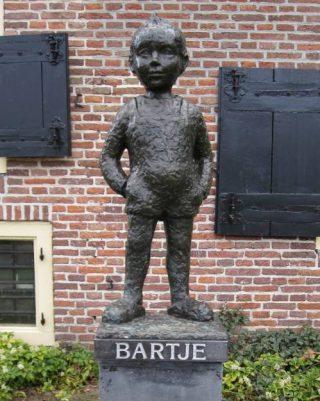 Beeld van Bartje bij het Drents Museum, gemaakt door Suze Boschma-Berkhout (Publiek Domein - wiki)
