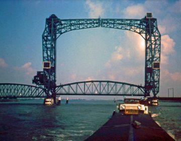 Een binnenvaartschip passeert Barendrechtse brug 1965 (Afb: auteur)